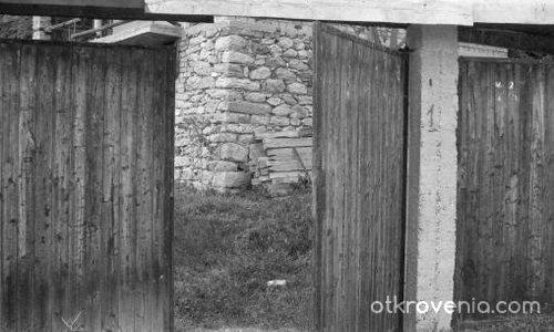 Незатворената врата