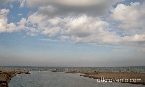 там където морето прегръща реката....
