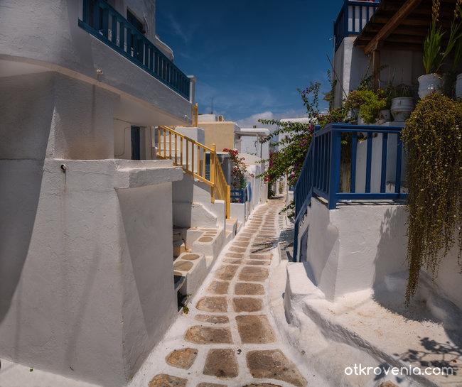 Уличките на Миконос напомнят Locorotondo