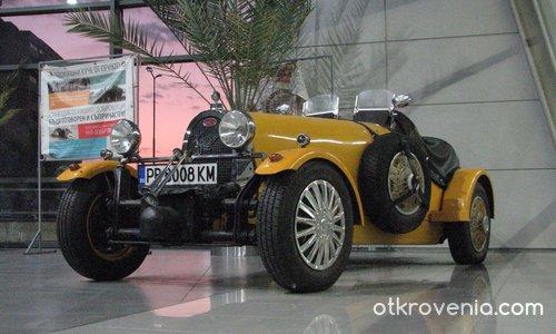 Жълто Bugatti в розовото зарево под Тепетата