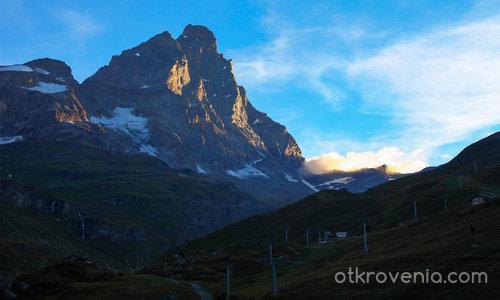 Първите слънчеви лъчи огряват връх Матерхорн