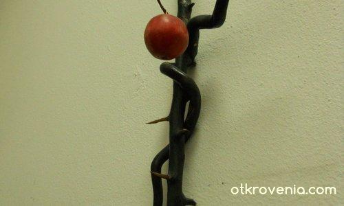 Змия и ябълка