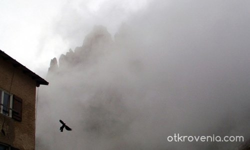 Поглед от хижата към зъберите в мъглата!