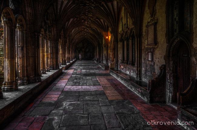 Към двора на катедралата.