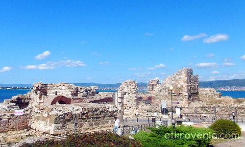 Руини и море