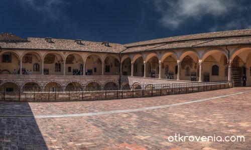 Дворът на горното ниво на базиликата San Francesco