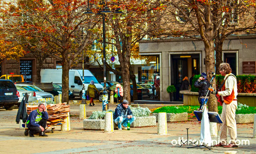 Есенна неделна улична музика и нейните слушатели