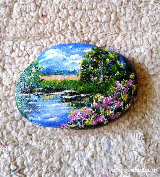 """""""Лято е"""" . Рисувано камъче с акрилни бои."""