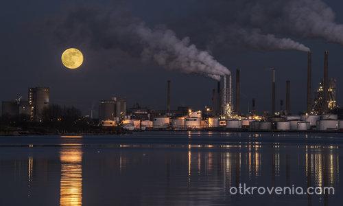 Увиснала на връв луна