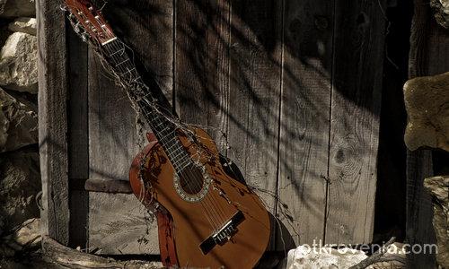 Една забравена китара...