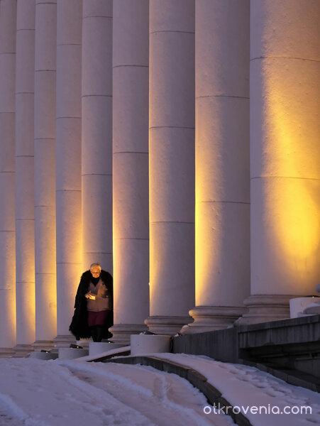Храмът и неговата служителка.