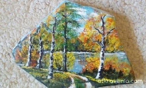 Златна есен върху камъче, рисувано с акрилни бои