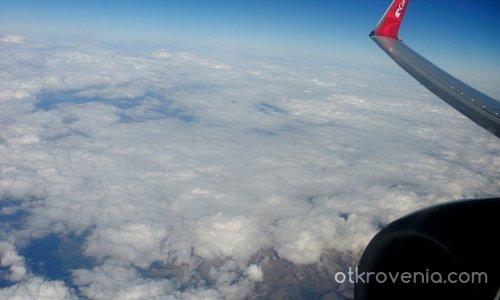 Обикновено летя в облаците, но понякога и над тях...
